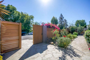 4559 Matilija Ave Sherman Oaks-small-002-23-Front Yard-666x445-72dpi